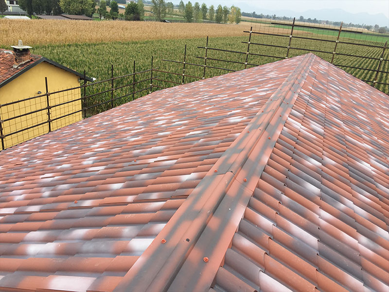 Roofs in insulated corrugated and imitation tile panels